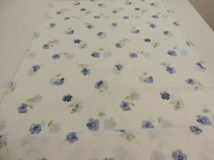 taft gardinenstoff dekostoff mit veilchen muster in blau 150 cm breit stoff ebay. Black Bedroom Furniture Sets. Home Design Ideas
